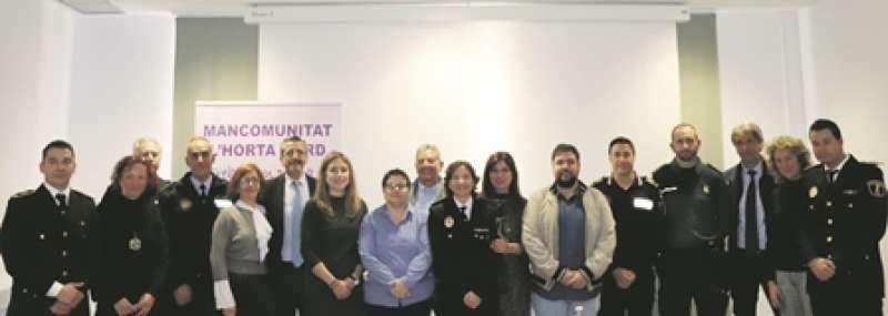 Càrrecs polítics i tècnics dels distints pobles de la comarca amb la diputada Isabel García (centre). EPDA