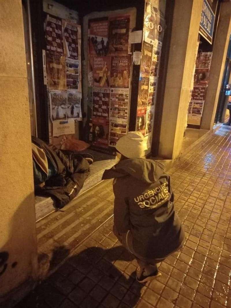 El servicio Urgencias Sociales atiende a un sintecho, en una imagen facilitada por el Ayuntamiento de València.