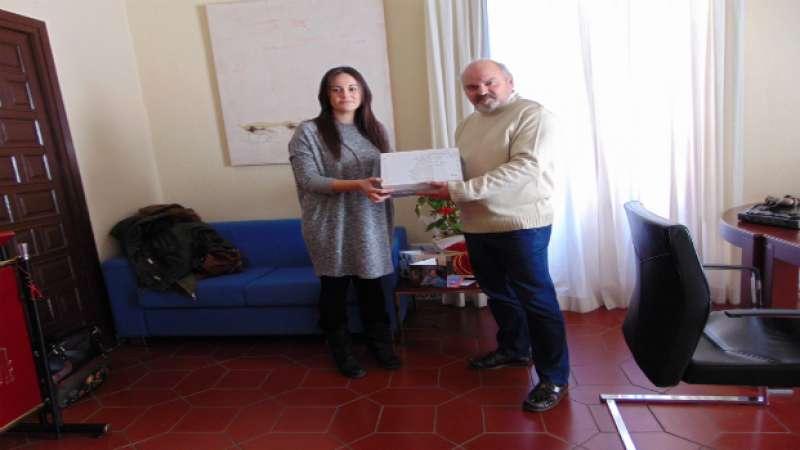 El alcalde entrega el premio a la ganadora. EPDA
