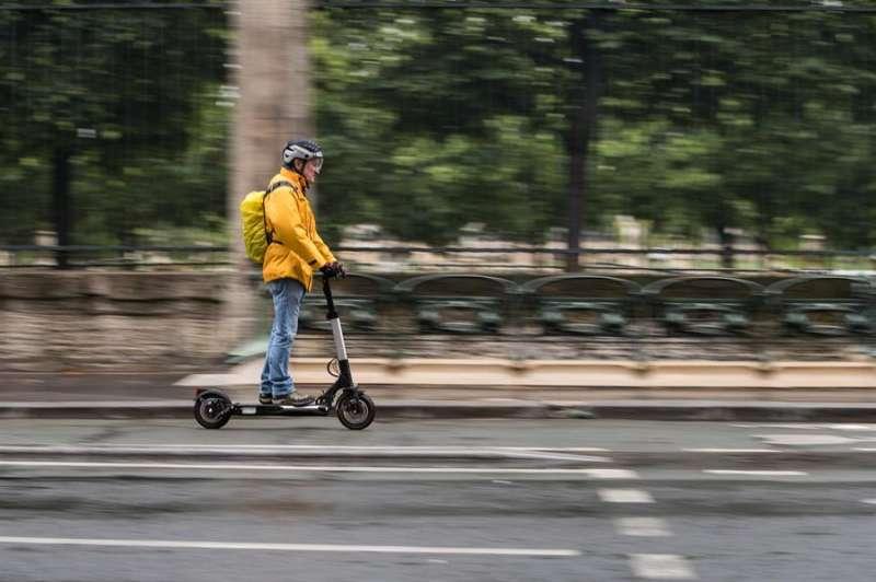 Un hombre circula con un patinete. EFE