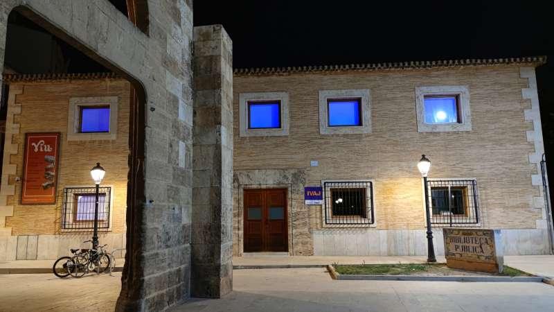 El Institut Valncià de la Joventut iluminado de color azul. Imagen: GVA