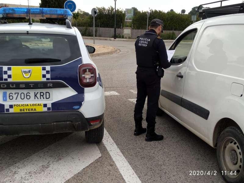 Uno de los controles rutinarios que realiza la Policía Local de Bétera. / EPDA