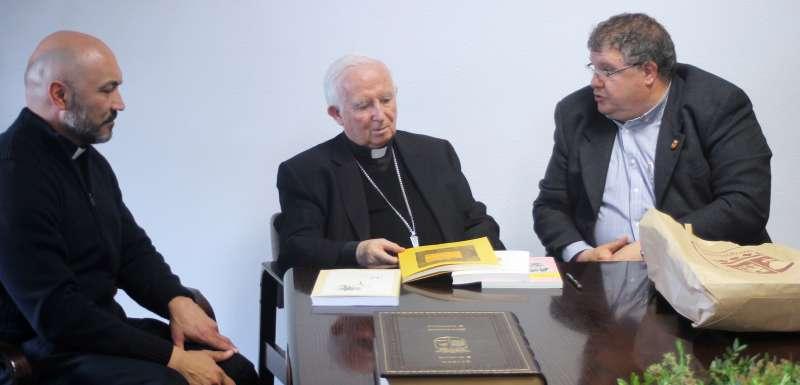 El cardenal con el alcalde de Estivella en el ayuntamiento de la localidad. EPDA