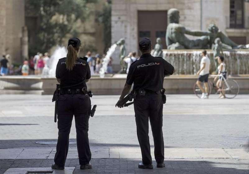 Dos agentes de la Polic�a Nacional patrullan por la Plaza de la Virgen de Val�ncia en una imagen de archivo. EFE/Manuel Bruque/Archivo
