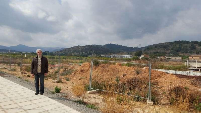 El alcalde junto a los terrenos del trinquet. EPDA