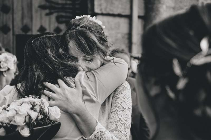 Momento emotivo en una boda fotografiado por Juan Gavira