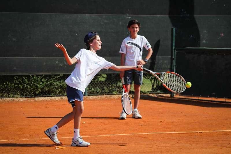 Jóvenes entrenan en un club de tenis. EFE/Archivo