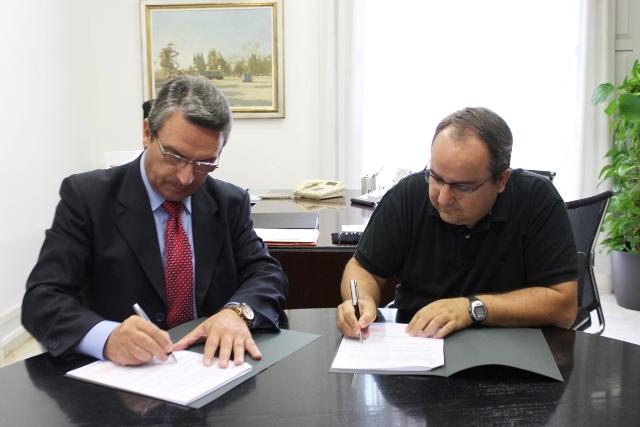 Imagen del diputado de Turismo, Sanjuán, y el alcalde de Sumacàrcer, Pelaez. FOTO: DIVAL