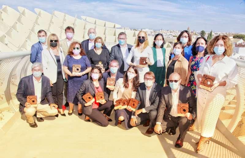 Directivos y gerentes de hospitales de Vithas posan con los premios Best Spanish Hospital Awards