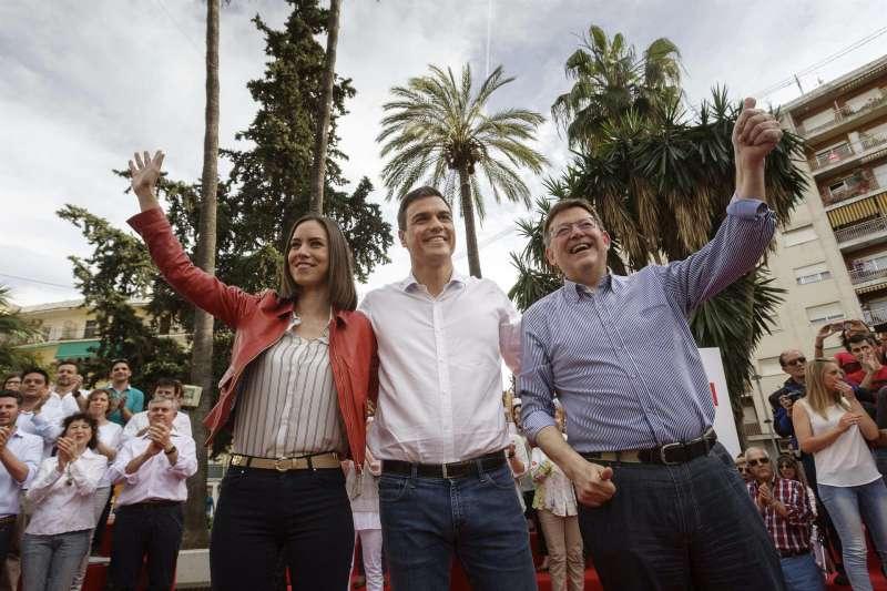 Diana Morant, en un acto electoral del PSPV-PSOE en Gandia en 2015, junto a Pedro Sánchez (c) y Ximo Puig. EFE/Archivo NATXO FRANCÉS