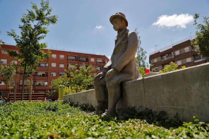 La escultura en un parque junto a la calle Esperanza en Benimamet, en recuerdo a los fallecidos por la Covid-19. EFE