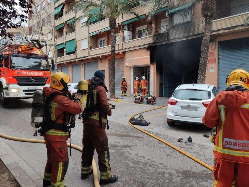 Efectivos de bomberos en el lugar del incendio. EPDA