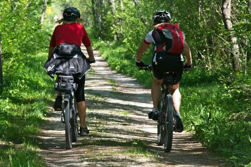 Imagen de archivo de dos ciclistas circulando por un camino