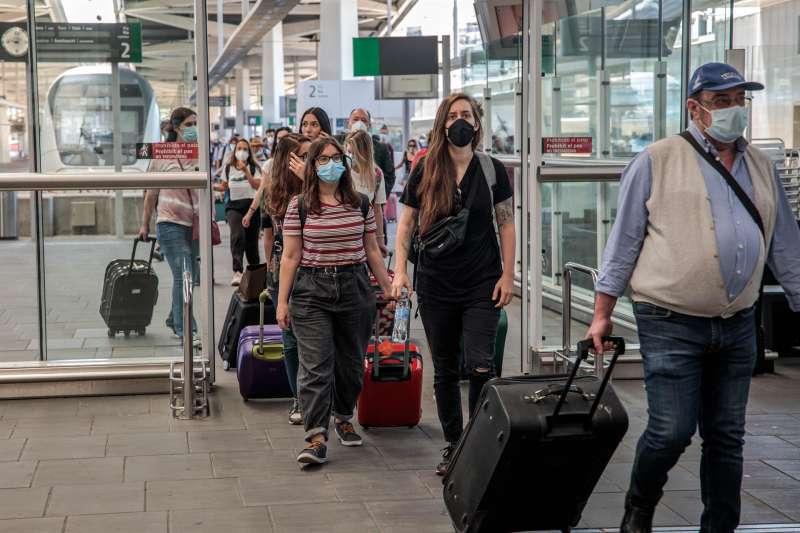 Pasajeros de un tren procedente de Madrid a su llegada a la estación Joaquín Sorolla de València.