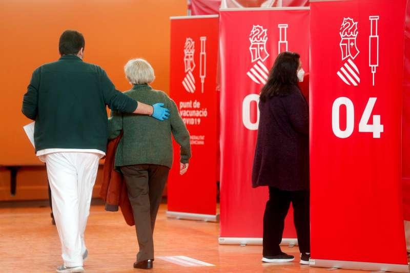 Imagen de archivo de varias personas yendo a vacunarse contra el Covid-19 en el centro habilitado en el polideportivo de Paterna