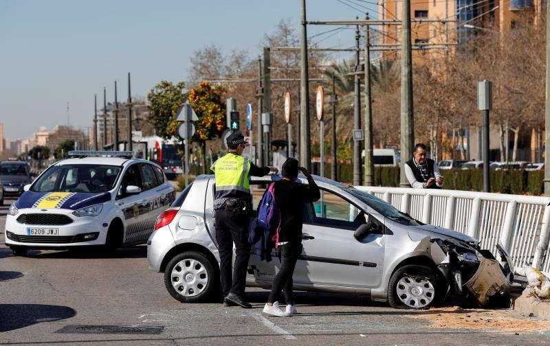 El conductor de un turismo ha resultado herido leve este miércoles al volcar su vehículo mientras conducía por la avenida Tarongers de València, junto a uno de los accesos del campus de la Universitat Politècnica de València y cerca de las vías del tranvía. EFE
