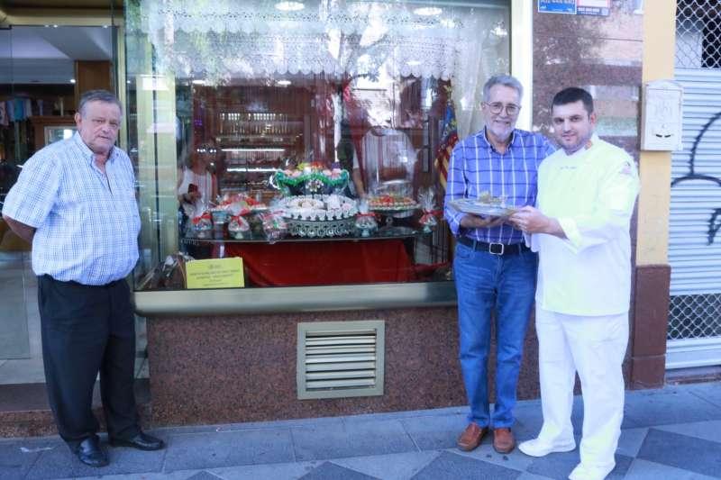 Propietarios de la Pastelería Galán junto al alcalde. EPDA