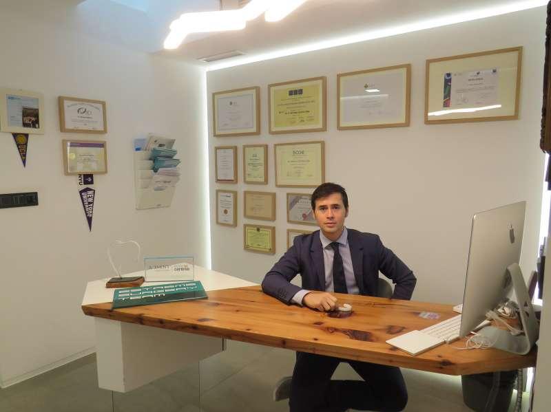 Santiago Estrems en su clínica, durante la entrevista