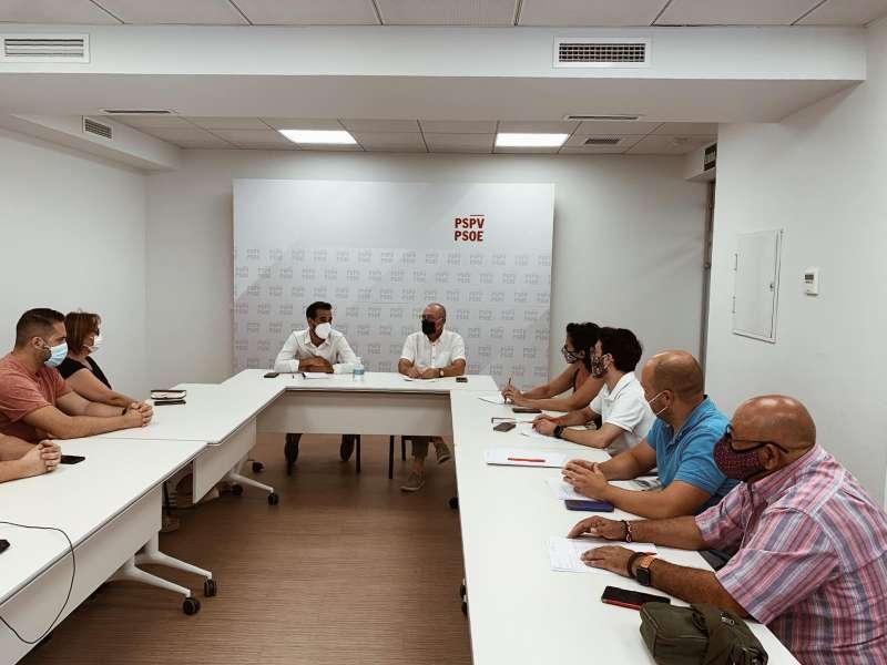 Reunión de Muñoz con los secretarios generales de Serra y la Pobla de Vallbona. / EPDA