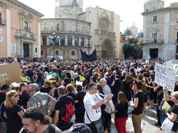 La plaza de la Virgen de Valencia a rebosar. FOTO EPDA