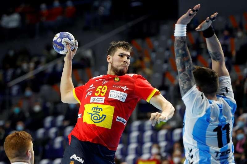 El jugador de la selección española Daniel Dujshebaev lanza a portería en un partido.