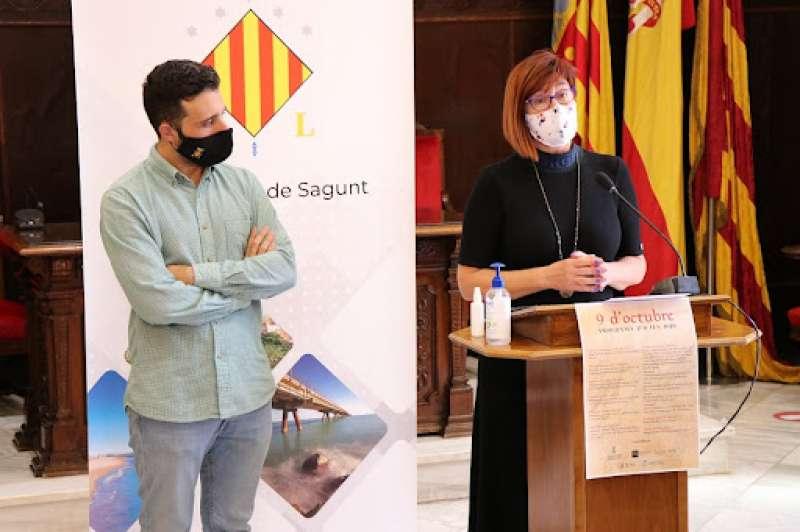 Asun Moll, concejala de Fiestas y Cultura Popular, junto con Darío Moreno, alcalde de Sagunt. / EPDA