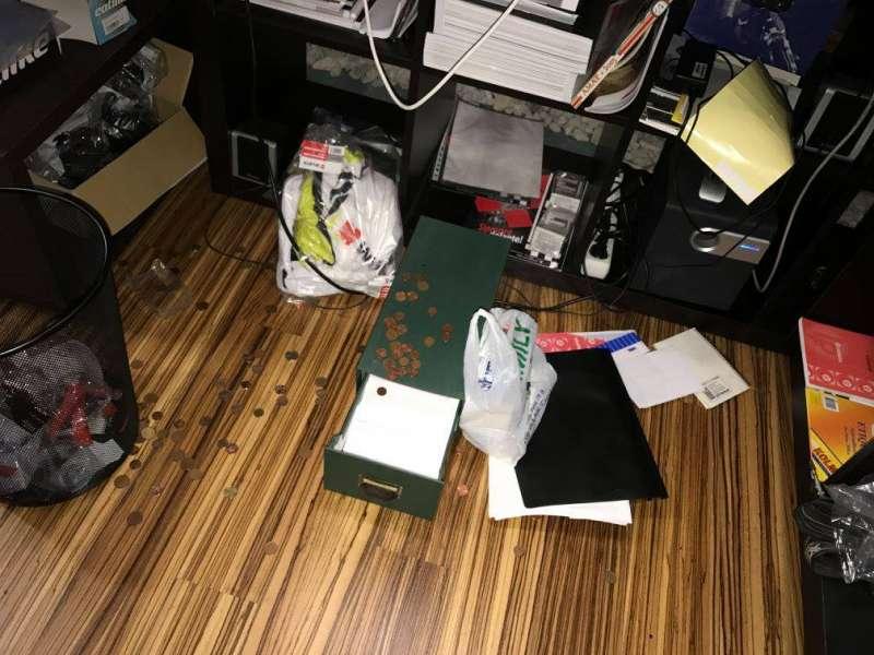 Caja de dinero esparcida por el suelo. EPDA
