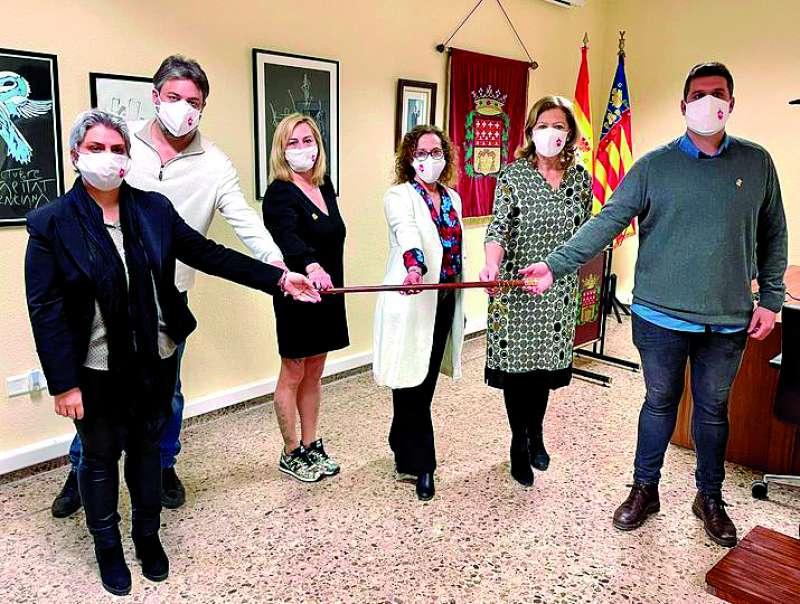 Marisa Almodóvar (tercera por la derecha) tras el pleno de toma de posesión del cargo. / epda