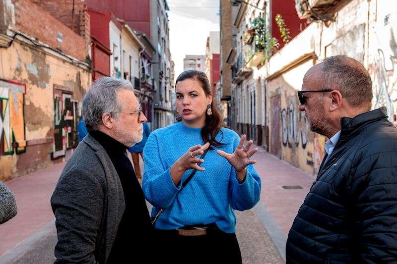 Sandra Gómez junto al gerente del Plan Cabanyal-Canyamelar, Vicente Gallart y el coordinador de Urbanismo Rafael Rubio. EFE
