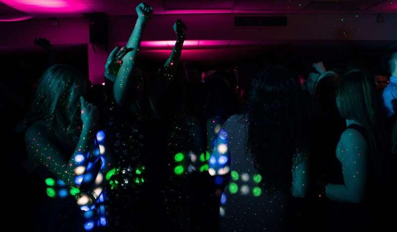 Jóvenes bailando en la discoteca. EPDA