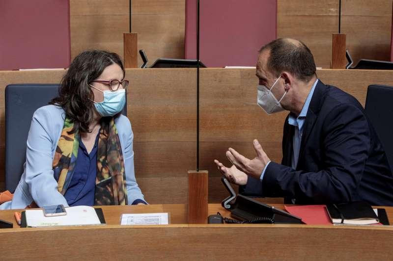 La vicepresidenta del Consell, Mónica Oltra y el vicepresidente segundo, Rubén Martínez Dalmau esta mañana durante el pleno de Les Corts Valencianes. EFE