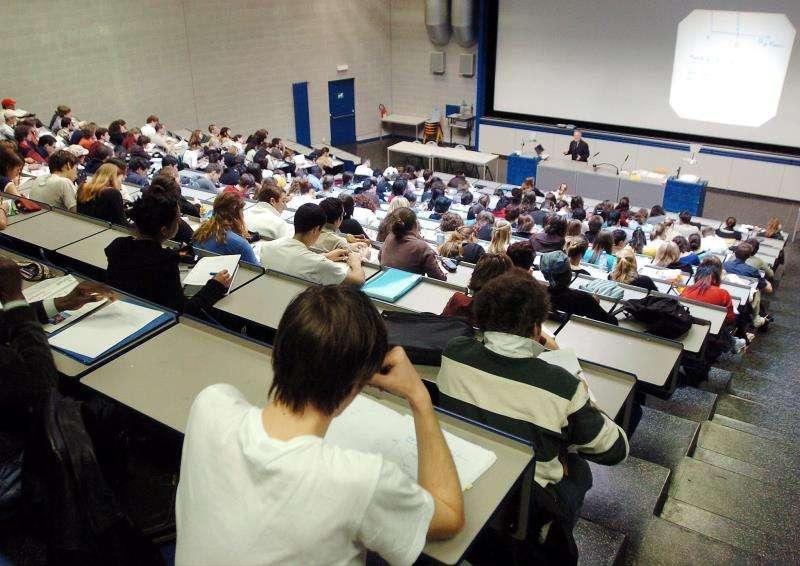 Un grupo de estudiantes asiste a una clase en una universidad europea. EFE/Archivo
