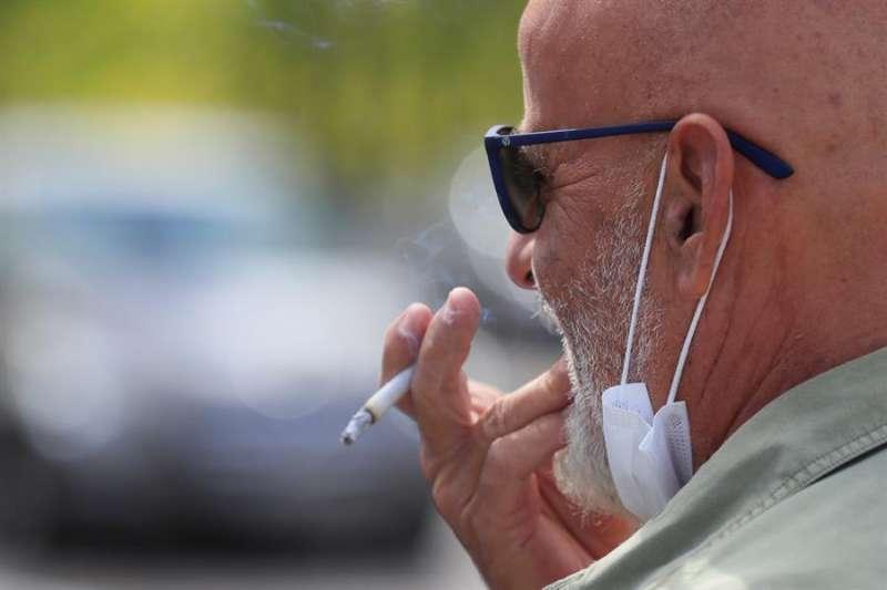 Un fumador con mascarilla. EPDA