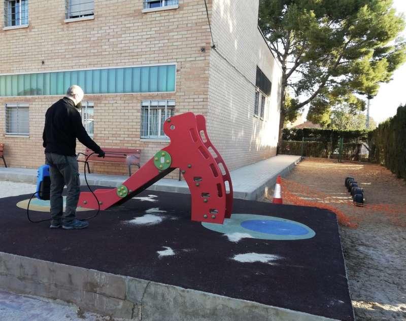 Aplicación de la pintura anticovid en un colegio de Paterna. epda