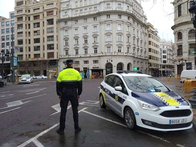 Un coche de la Policía Local de Valencia vigila el cumplimiento del estado de alarma.
