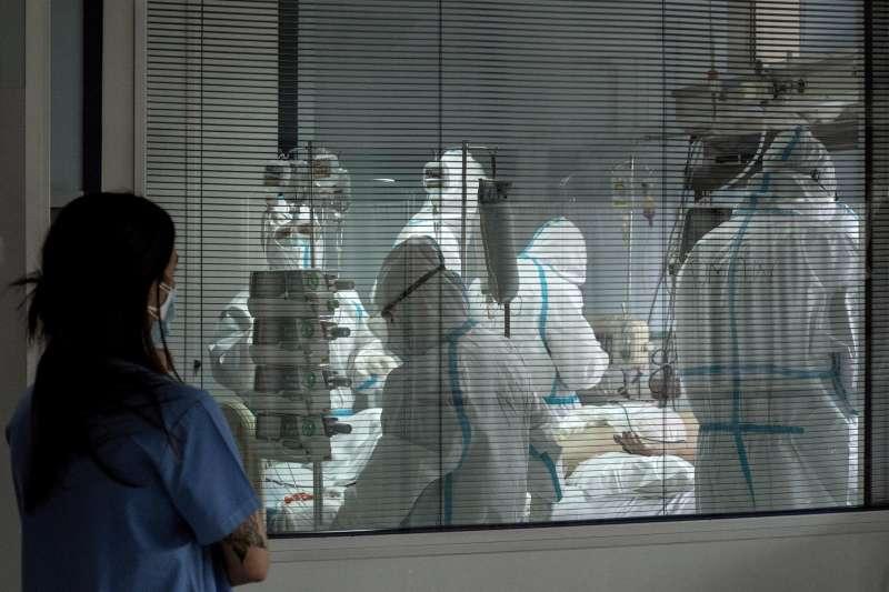 Trabajadores sanitarios atienden a un paciente con coronavirus. EFE / Brais Lorenzo/Archivo