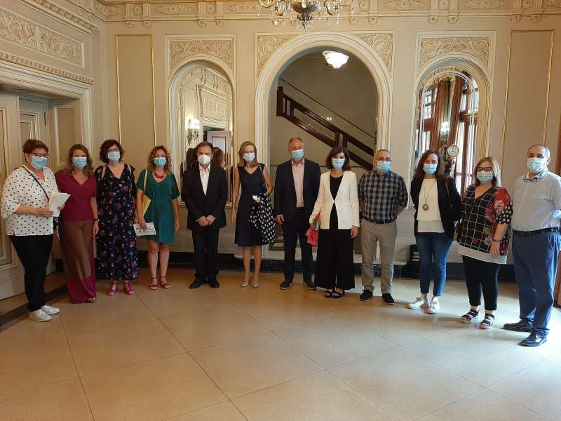 El alcalde de Llíria con el equipo del departamento de Salud Arnau-Llíria. / EPDA