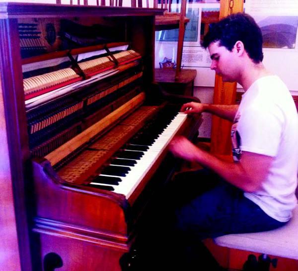 Javier Obrer ensaya en el piano del Mestre Palau. EPDA