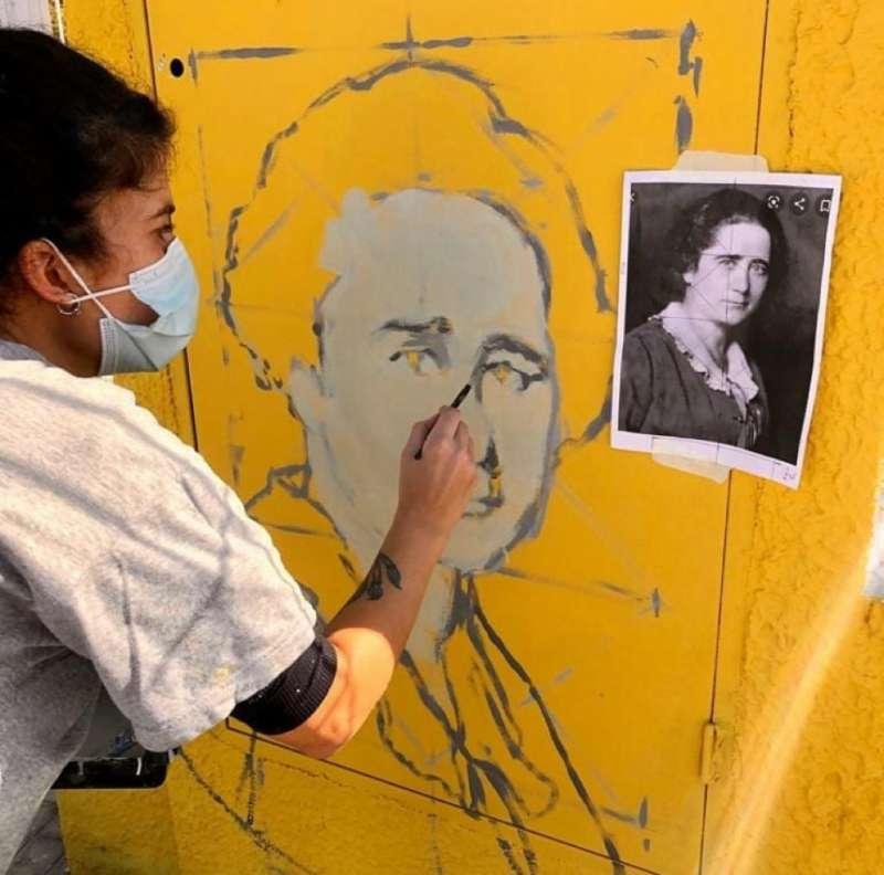 REalizando el mural de Clara Campoamor