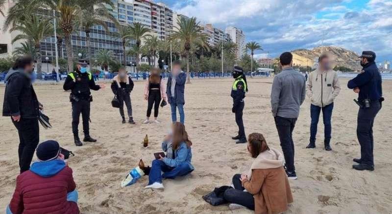 Imagen de un botellón en una playa de Alicante facilitada por la Policía Local. EFE