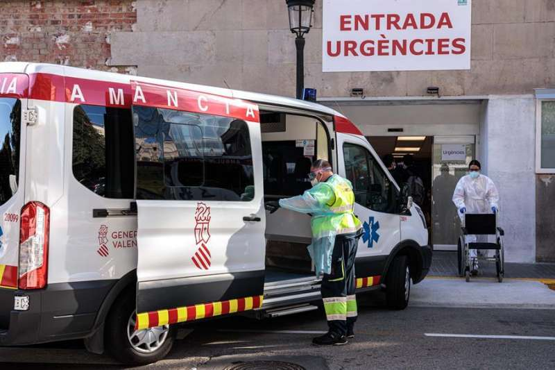 Un sanitario traslada a un paciente de una ambulancia a urgencias a un hospital de València. EFE/Archivo