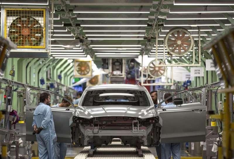 Varios trabajadores de la planta de pintura de Ford en Almussafes (Valencia), revisan una carrocería. EFE/Manuel Bruque/Archivo