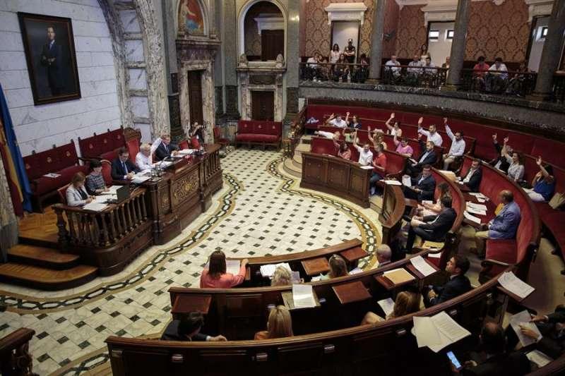 Vista general del salón de plenos del Ayuntamiento de València. EFE/Biel Aliño/Archivo
