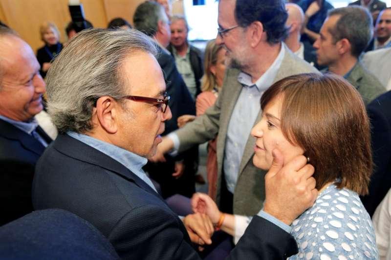 La presidenta del PPCV, Isabel Bonig, saluda al portavoz socialista en Les Corts, Manuel Mata. EFE