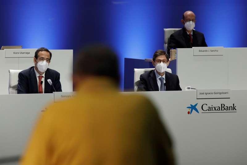 Un accionista interviene ante José Ignacio Goirigolzarri (d) , presidente, y Gonzalo Gortázar (i) , consejero delegado,durante la junta general ordinaria de accionistas de CaixaBank, la primera desde que se hiciera efectiva la fusión con Bankia, que ha dado lugar al primer banco del país, y en plena negociación de un ERE con los sindicatos para recortar la plantilla.
