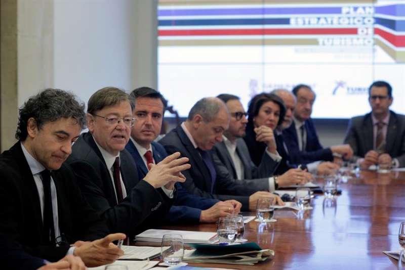 El president de la Generalitat, Ximo Puig (2º izq), preside una reunión. EFE