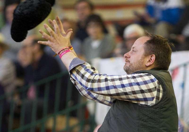 El padre de Adrián Hinojosa, el niño que quería ser torero y que falleció de cáncer, recoge una montera durante una corrida.