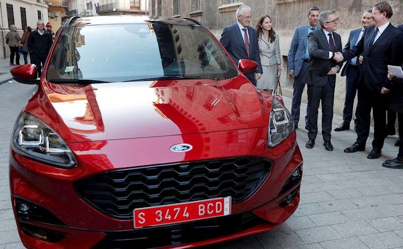 El president de la Generalitat, Ximo Puig (d), saluda al presidente de Ford Europa, Stuart Rowley, junto al nuevo Kuga híbrido. EFE