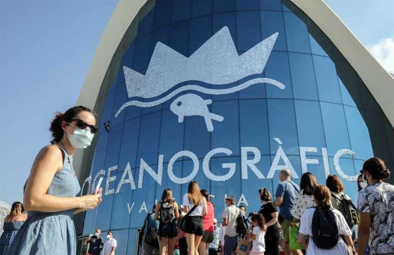 Varias personas guardan cola a la entrada del Oceanogràfic de València. EFE/Ana Escobar