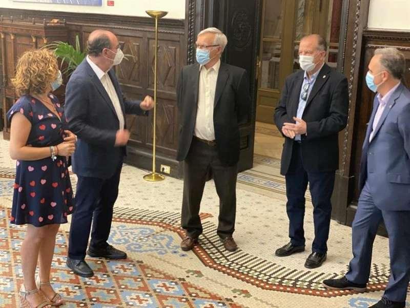El alcalde de València, Joan Ribó, conversa con el presidente del Valencia Basket, Vicente Solà. EFE